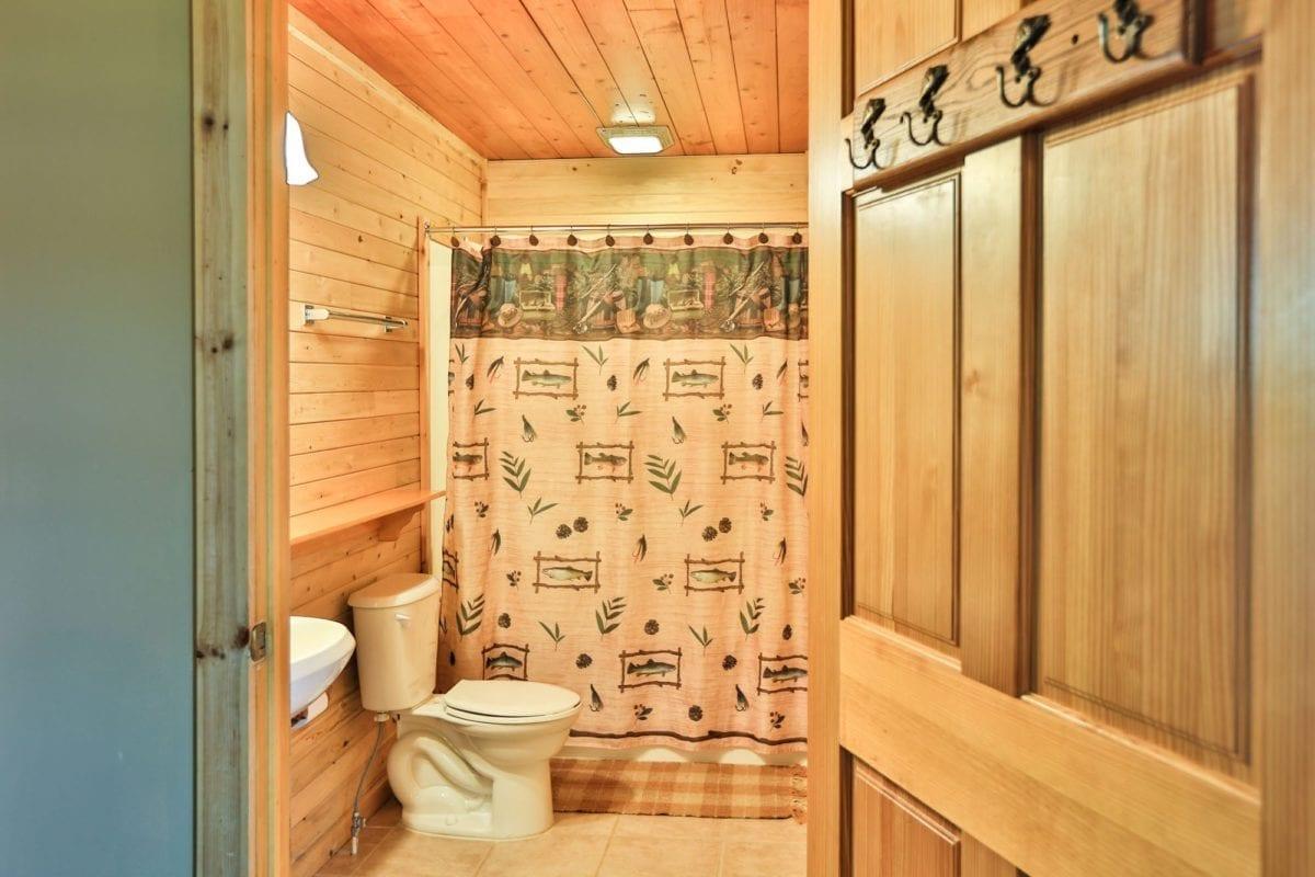 Sunset Cabin bathroom.